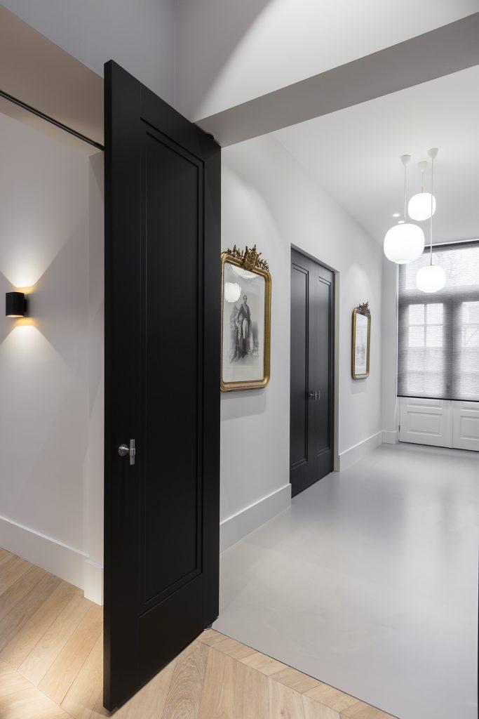 onzichtbare kozijnen zwarte deur model Amsterdam-doors orange